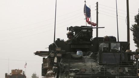 Un blindé américain près de la ville de Manbij en Syrie