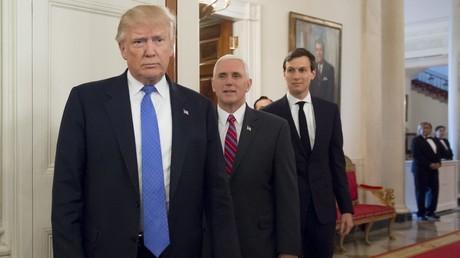 Donald Trump avec son vice-président Mike Pence et son haut-conseiller (et gendre) Jared Kushner.