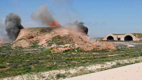 La base aérienne syrienne d'Al-Chaayrate après le bombardement américain.