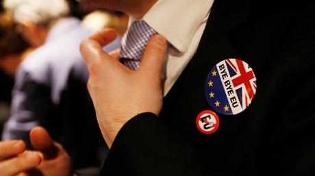 Un homme porte un badge avec une inscription pro-Brexit lors d'une fête après la signature de l'Article 50 par le Premier ministre britannique Theresa May.