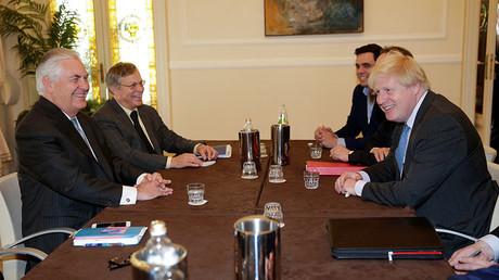 Le secrétaire d'Etat Rex Tillerson (à gauche) et le secrétaire des Affaires étrangères Boris Johnson