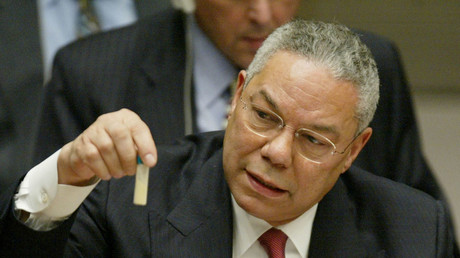 Le 5 février 2003 : Colin Powell, alors le secrétaire d'Etat américain en train de tenir un discours à l'ONU accusant l'Irak de la possession des ADM