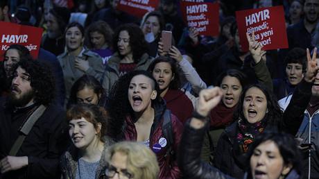 Des milliers de manifestants contestent les résultats du référendum turc, Erdogan défie l'OSCE