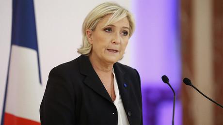 Marine Le Pen exige que TF1 retire le drapeau de l'UE du plateau du JT avant de l'interviewer