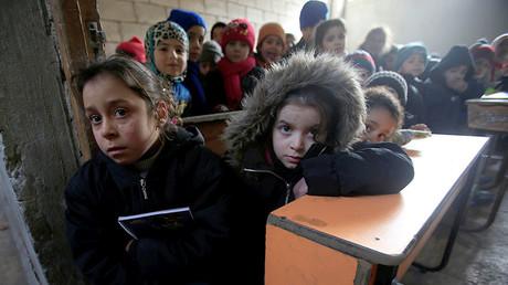 Les enfants syriens dans la salle de classes à Alep.