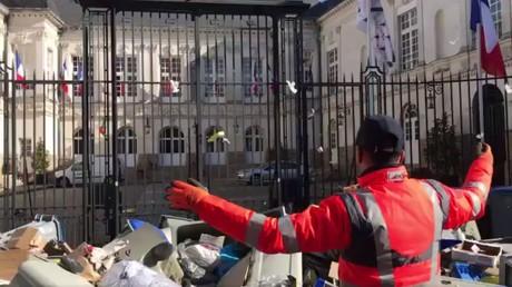 Un éboueur devant la mairie de Nantes