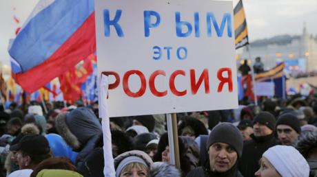 Des habitants de Crimée célèbrent le deuxième anniversaire du référendum de rattachement de la péninsule à la fédération russe le 18 mars 2016. «La Crimée, c'est la Russie», peut-on lire sur la pencarte.