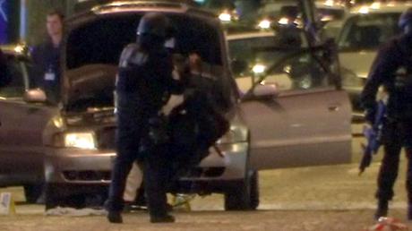 Premières images après l'attaque perpétrée le 20 avril au soir à 21h sur les Champs Elysées à Paris.