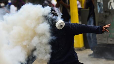 Un manifestant affronte les forces de l'ordre à Caracas le 20 avril