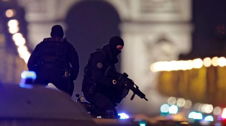 Les policiers français sur un véhicule après l'attentat des Champs Elysées.