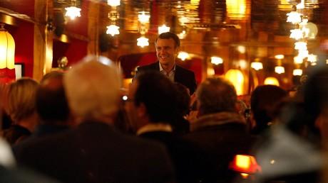 Emmanuel Macron fête son succès au premier tour de l'élection présidentielle à la brasserie La Rotonde à Paris, le 23 avril