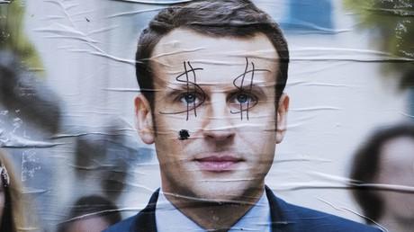 Une affiche de campagne d'Emmanuel Macron vandalisée