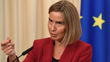 Le chef de la diplomatie européenne interpellé par RT à propos d'un tweet pro-Macron (VIDEO)