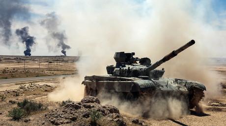 Un char des Unités de mobilisation populaire avance en direction de Hatra en Irak