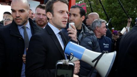 Emmanuel Macron rencontrant les ouvriers de l'usine Whirlpool d'Amiens le 26 avril