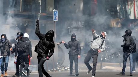 Les manifestants protestent contre les deux candidats qualifiés au second tour de l'élection présidentielle, Emmanuel Macron et Marine Le Pen