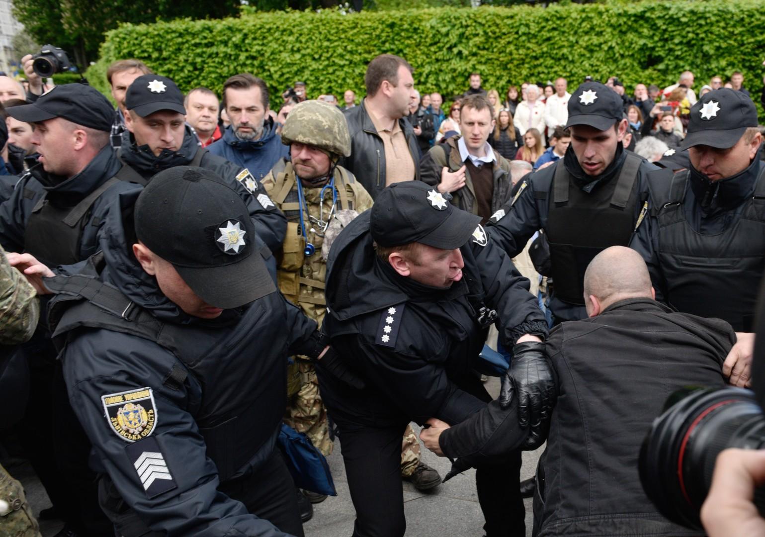 Le défilé du Régiment immortel perturbé par des nationalistes à Kiev, un policier blessé (VIDEO)