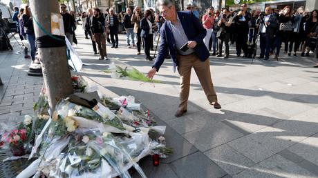 Des fleurs déposées sur le lieu de l'attentat