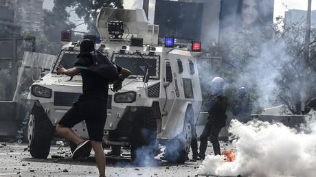 Affrontement entre les forces de l'ordre et des manifestants pro-opposition à Caracas le 1er mai