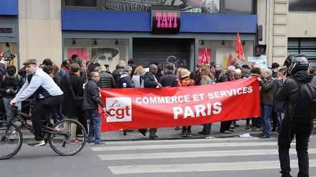 Des salariés manifestent boulevard Barbès à Paris le 4 mai 2017 à la suite de la mise en redressement judiciaire de Tati, photo ©Jacques DEMARTHON / AFP