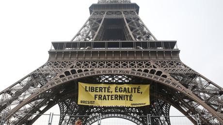Greenpeace déploie une banderole contre le FN sur la tour Eiffel (IMAGES)