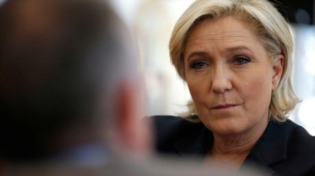 «Compte aux Bahamas» : Le Pen ne se sent «pas du tout» visée par la plainte de Macron