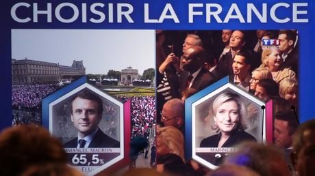 Les résultats du second tour de la présidentielle française diffusés sur un écran dans le quartier général du Front national.