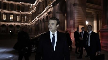Emmanuel Macron arrive à la Pyramide du Louvre afin de livrer son discours de victoire devant ses supporters.