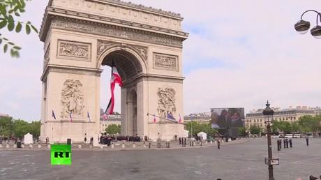 Commémoration du 8 mai 1945 devant l'arc de triomphe de l'Étoile