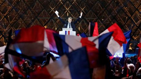 Le nouveau président Emmanuel Macron célèbre la victoire