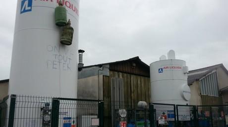 Des bonbonnes de gaz ont été placées sur le site
