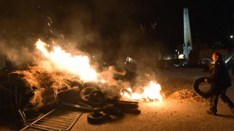 Des agriculteurs brûlent des pneus devant la préfecture de la Sarthe au Mans le 11 mai 2017