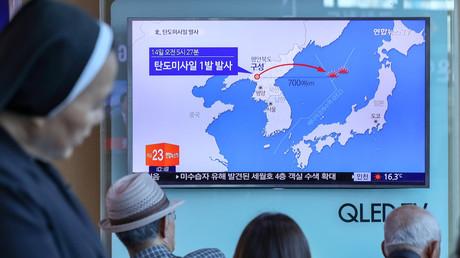 Des Sud-coréens regardant un reportage sur le tir de lancement nord-coréen