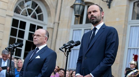 Passation de pouvoirs entre Bernard Cazeneuve et Edouard Philippe dans la cour de l'Hôtel de Matignon