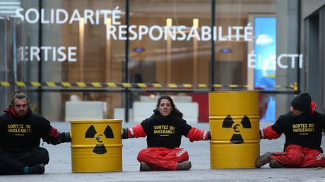 Les activistes de Greenpeace bloquent m'entrée au siège d'EDF à Paris, le 14 décembre 2016