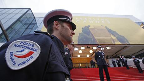 Un policier français surveillant le Festival de Cannes en 2016