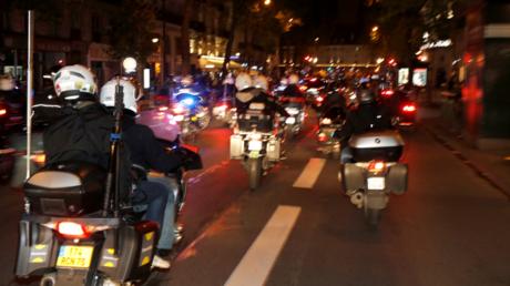 Des journalistes suivant la voiture d'Emmanuel Macron après son élection à la présidence de la République le 7 mai 2017