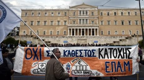 Des manifestants anti-austérité devant le Parlement d'Athènes, le 18 mai 2017.
