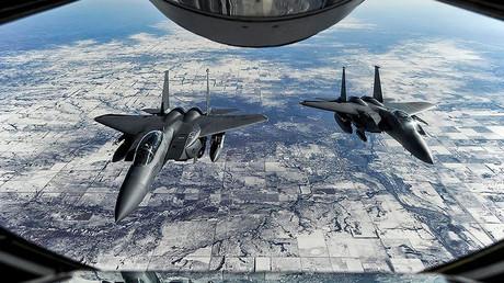 Une photo d'archive, deux avions de combat américains
