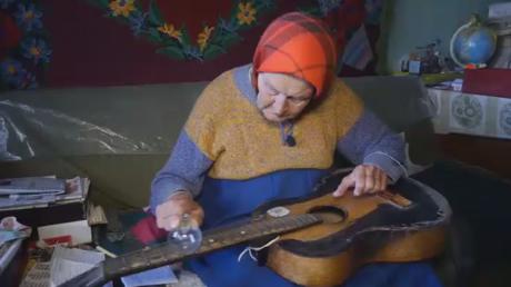 Une babouchka biélorusse épate le net avec sa guitare et son ampoule (VIDEO)