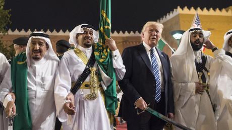 Donald Trump et le roi saoudien Salmane lors de la danse des sabres qui a inauguré le sommet arabo-américain à Riyad du 20 au 21 mai 2017.
