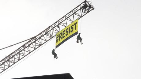 Trump à Bruxelles : des militants de Greenpeace escaladent une grue devant l'ambassade américaine