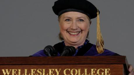 Hillary Clinton s'exprimant à la tribune du  Wellesley College, dans le Massachusetts le 26 mai 2017