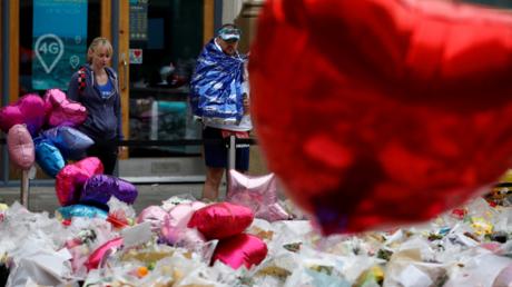 Hommage aux victimes de l'attentat du 23 mai à Manchester, avant le coup d'envoi du marathon de la ville, le 28 mai 2017.