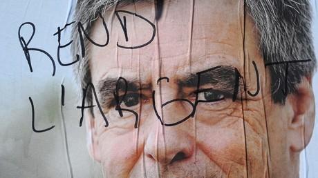 Une affiche électorale de François Fillon taguée