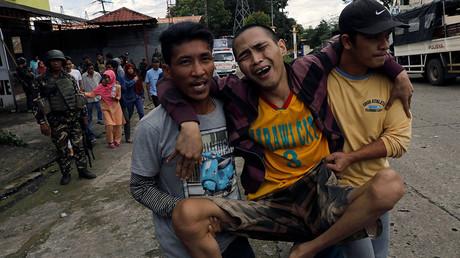 Les habitants de la ville de Marawi tentent de fuir les combats, alors que l'armée régulière philippines essaie de reconquérir la ville aux mains de Daesh ©Erik De Castro / Reuters