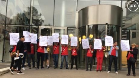 «TV Bolloré n'aime pas les LGBT» : des militants manifestent devant les bureaux de Canal+