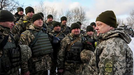 Le président ukrainien Petro Porochenko (à droite) passe en revue des troupes intervenant dans l'est de l'Ukraine en décembre 2016, photo ©Reuters/Pool