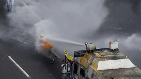 Venezuela : la police repousse des manifestants anti-Maduro avec des canons à eau (VIDEO)