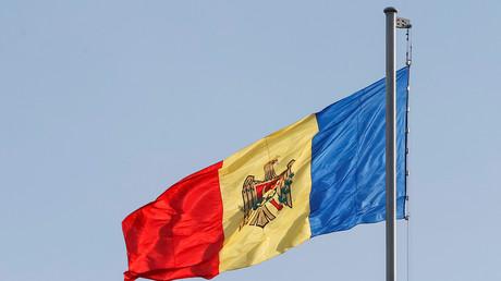 Drapeau de la Moldavie flottant au vent